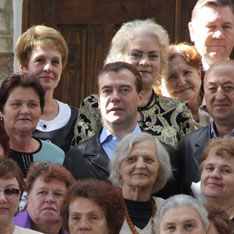 Медведев поговорил со стариками о смысле жизни