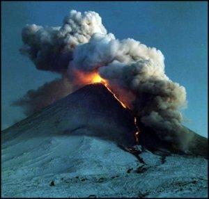 На Камчатке началось извержение вулкана. Фото