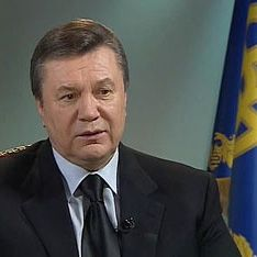 Януковича встретили взрывами
