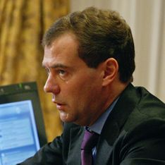 Медведев вычистит чиновничьи кормушки