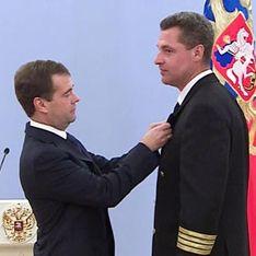 Медведев наградил посадивших Ту-154 в болото летчиков
