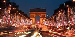 Париж засиял рождественскими огнями
